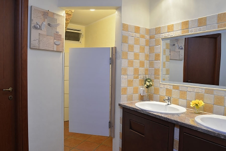 Toiletten im Gewölbekeller mit je zwei Waschbecken
