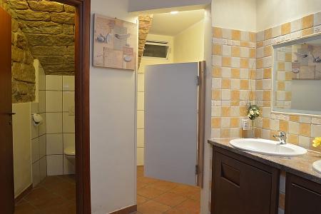 Toiletten im Gewölbekeller