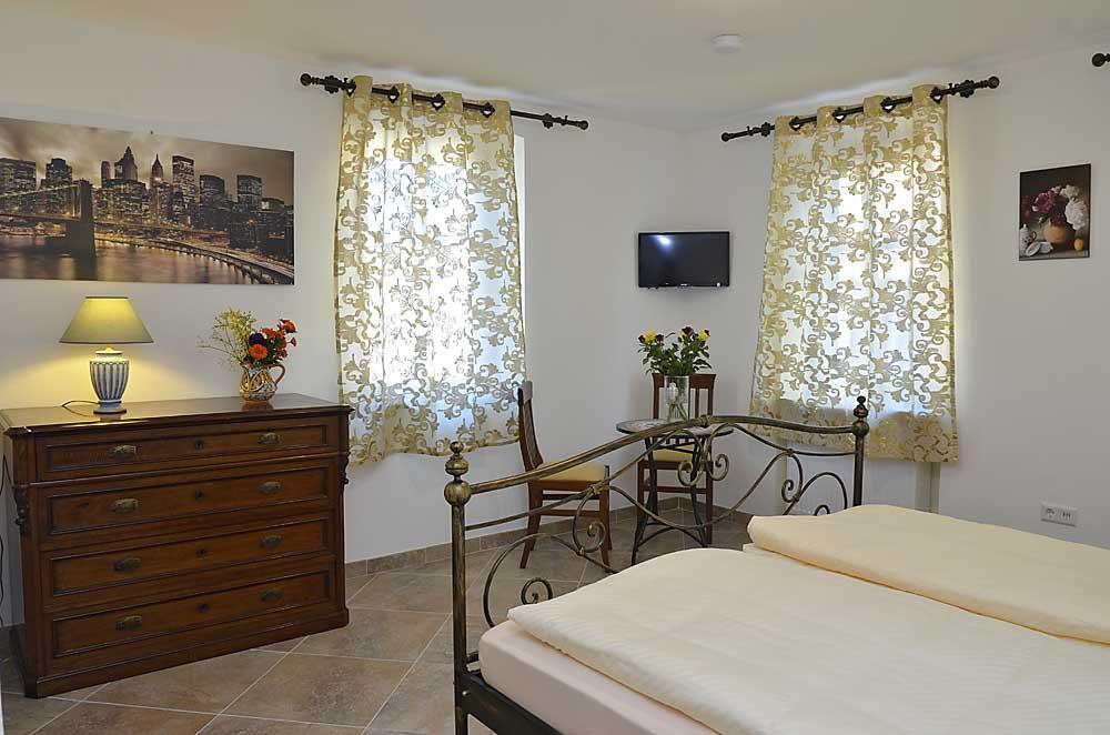 Doppelzimmer mit Kommode, Tisch, Wand-TV