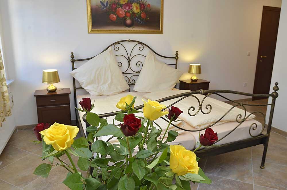 Italienisches Doppelbett mit Nachttischen
